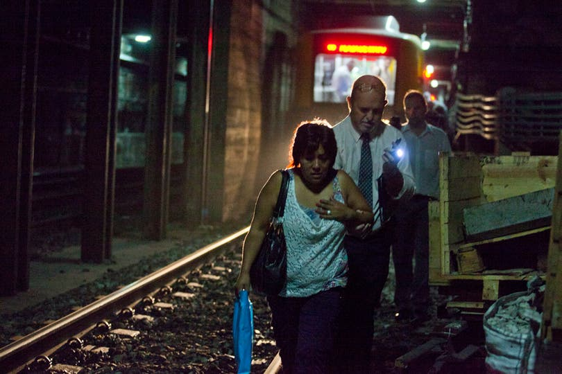 En el primer día de reapertura de la línea A de subtes, los pasajeros debieron bajar del subte y caminar por las vías, tras un desperfecto técnico. Foto: LA NACION / Ezequiel Muñoz