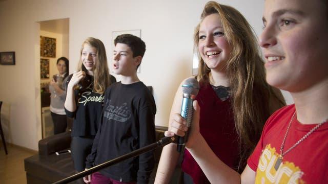 Yanina Berezi mira cómo transcurre la reunión en su casa: los chicos, en pleno karaoke