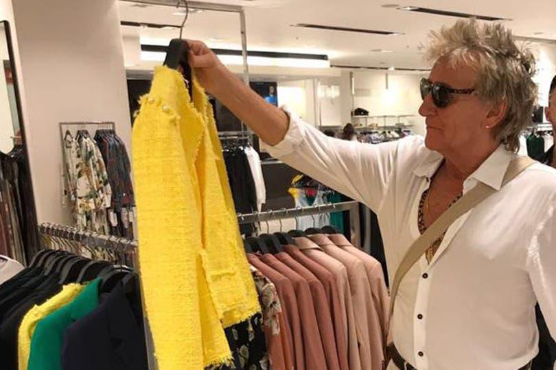 La leyenda del rock llegó a Buenos Aires; A horas de su show intimo en el Centro Costa Salguero, el cantante encontró un espacio para distraerse y comprar algo de ropa en un Shopping del barrio de Palermo
