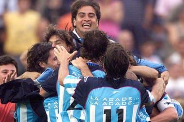 La celebración del esperado título del 2001, con Mostaza Merlo en el banco