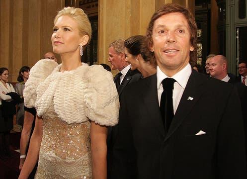 Valeria Mazza eligió un diseño de Valentino (su preferido) con muchas transparencias y piedras bordadas; lo llevó con un bolero de piel labrada al tono. Foto: LA NACION y agencias