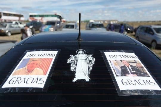 Gran cantidad de carteles se ven colgados por toda la ciudad y en los autos. Foto: LA NACION / Maxie Amena / Enviado especial