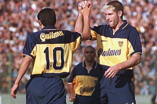 Otra imagen que era costumbre: el saludo entre el goleador y su asistidor. Foto: Archivo
