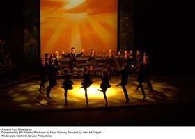 Cincuenta artistas en escena, entre bailarines y músicos, en un show al estilo Broadway