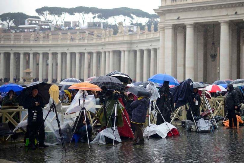 Miles de fieles se reúnen en la plaza San Pedro a la espera del nuevo papa. Foto: Reuters