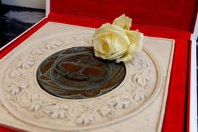 Cristina disecará y exhibirá la rosa blanca que le regaló Francisco y que representa a Santa Teresita.