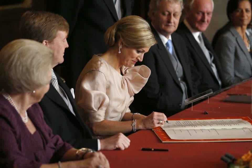 El momento de la firma de Máxima, tras la abdicación al trono de Beatriz. Foto: /AP