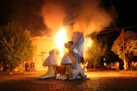El accidente ocurrió durante la tradicional quema de muñecos en La Plata