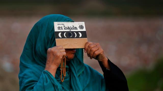 Centenares de personas, muchos de ellos estudiantes de la facultad de Física de esa universidad, participaron en la observación del eclipse. Foto: AP