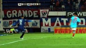 Torrico rechazó con el pie inhábil y la jugada casi terminó en gol de Carrera para Arsenal.