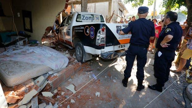 Policías custodian el móvil que provocó la tragedia junto a la cama en donde descansaba la víctima