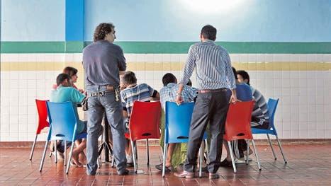 Bajo supervisión adulta, los chicos esperan los canelones de su almuerzo