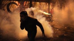 Durante unas protestas en la Plaza Tahrir, El Cairo, en noviembre de 2011, los manifestantes fueron dispersados con gas lacrimógeno.