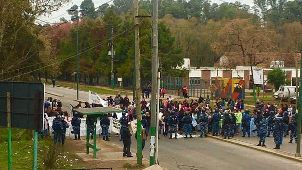 Trabajadores de la Fundación Felices los Ni?os realizaron hoy una protesta y corte de calle