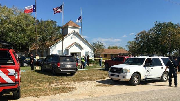 Personal de emergencia trabaja en la Iglesia