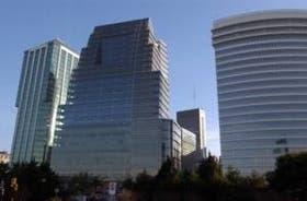 El nuevo edificio, entre el República (del estudio César Pelli) y la Torre Bouchard (Peralta Ramos-Sepra), redibuja el skyline de Puerto Madero con su silueta curva y escalonada