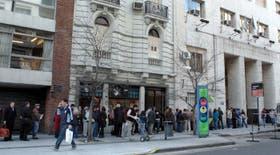 Ayer por la mañana, en la sede central del Registro Civil porteño, una larga fila de gente esperaba para hacer trámites; desde el 3 de septiembre deberán reservar turnos por Internet o por teléfono