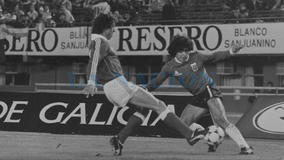 26-5-1982: último partido antes de viajar al Mundial de España, un partido de preparación contra Benfica, en River.. Foto: LA NACION