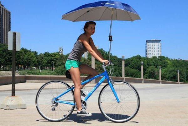 Un paraguas para la bici: puede servir para la lluvia ¡o para el sol! ¿Qué te parece?. Foto: blogs.lainformacion.com
