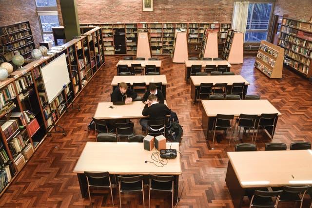 En la biblioteca, jóvenes ingleses de 17 años, de intercambio con el colegio, durante una hora libre