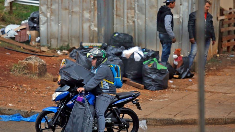 Cargados de bolsas de consorcio, los paseros cruzan la frontera. Foto: LA NACION / Emiliano Lasalvia /Enviado especial