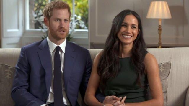 Meghan junto a su prometido el príncipe Harry en la entrevista para la BBC de Londres