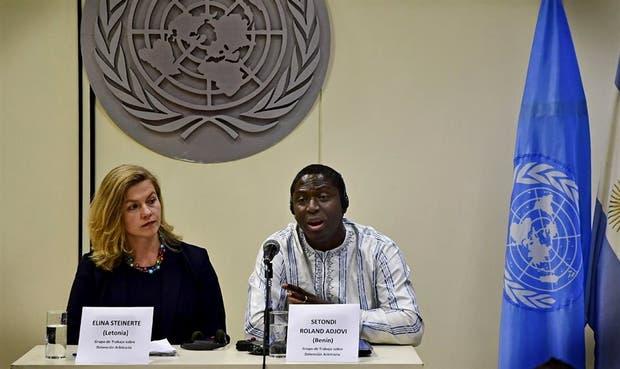 Los miembros del Grupo de Trabajo de la ONU, Elina Steinerte y Setondi Roland Adjovi, ayer, en la conferencia de prensa