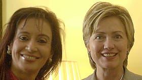 El primer encuentro entre Hillary Clinton y Cristina Kirchner, ambas senadoras, en 2003