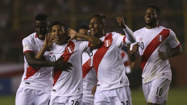 Edison Flores encabeza el festejo de Perú tras anotar el primer gol ante Bolivia