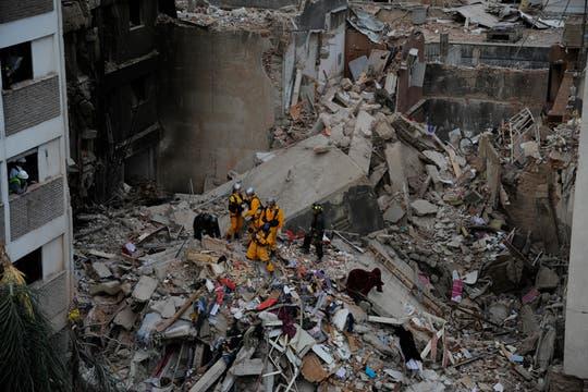 En el tercer día de búsqueda, bomberos y rescatistas, junto a perros especialmente entrenados, buscan vida entre los escombros. Foto: LA NACION / Marcelo Manera