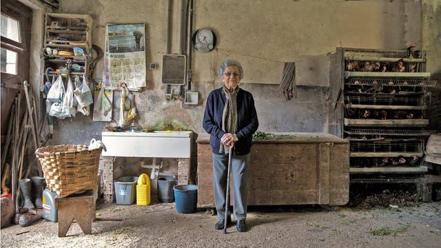 Pilar Fernández, de 101 años, posa para un retrato en un garaje de su casa en Ambas, Asturias, norte de España.