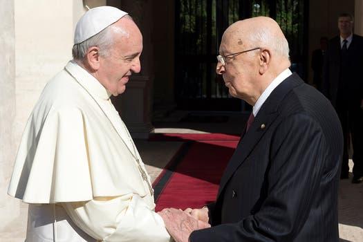 El papa Francisco saluda al presidente de Italia, Giorgio Napolitano. Foto: Reuters