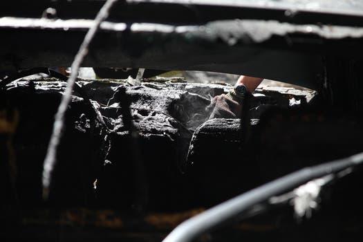 Bomberos tardaron en apagar el incendio en el auto. Foto: LA NACION / Guadalupe Aizaga