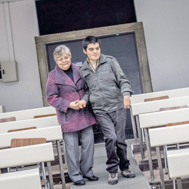 """Madre e hijo asistieron juntos a clases de cálculo, álgebra, geometría, mecánica clásica, ecuaciones diferenciales y teoría electromagnética, entre otras. David terminó la carrera con un 6,1. Dentro del """"top ten"""" de su generación."""
