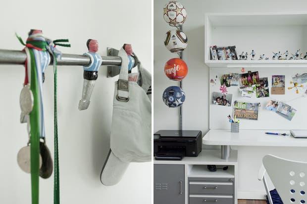 El escritorio (Dash) se opone a la cama con acolchado azul y motivos de pelotas de fútbol (Home Harmony).