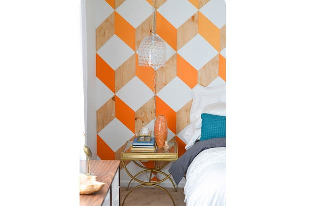 Interesante juego de colores: madera natural, blanco y un naranja brillante generan volumen en esta pared. Foto: blog.stickerzlab.com.