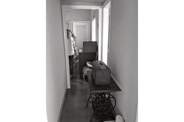 El hall de acceso se prolongaba en un pasillo que conectaba los ambientes. La cocina, cerrada y rectangular, llegaba hasta la columna negra. .