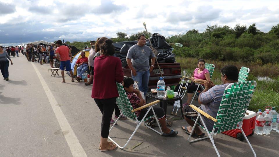 El panorama es desolador, los habitantes del pueblo están en las rutas. Foto: LA NACION / Fernando Font