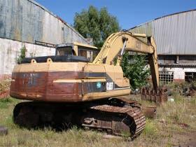 La retroexcavadora Caterpillar 320L, oxidada y con evidentes señales de abandono