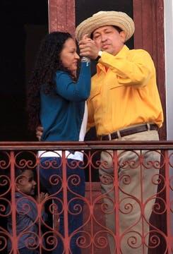 Bailando con su hija Maria en las calles de Caracas por los festejos de su cumpleaños número 57. Foto: Archivo