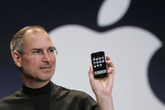 Steve Jobs junto al iPhone en 2007, el teléfono celular que impuso el uso de las pantallas táctiles en la industria móvil. Foto: AP