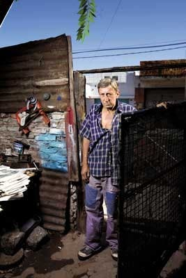 """Un hombre de trabajo. """"Siempre me gané la vida honestamente. Yo no pedí vivir en una villa"""", dice Roque Morteira (58), del barrio Carlos Gardel"""