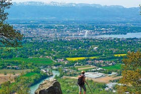 Desde lo alto. La ciudad de Ginebra, donde se destaca el emblemático chorro de agua del lago Lemán