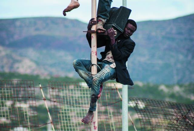 El salto a la esperanza. Durante semanas los migrantes estudian en Marruecos por dónde y cómo saltarán la valla de seis metros que rodea Melilla. Pero allí sólo comenzará otra odisea