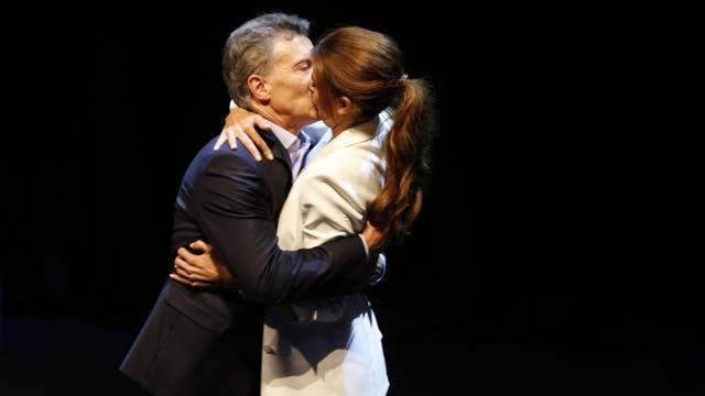 El ya célebre beso tras el debate con Scioli