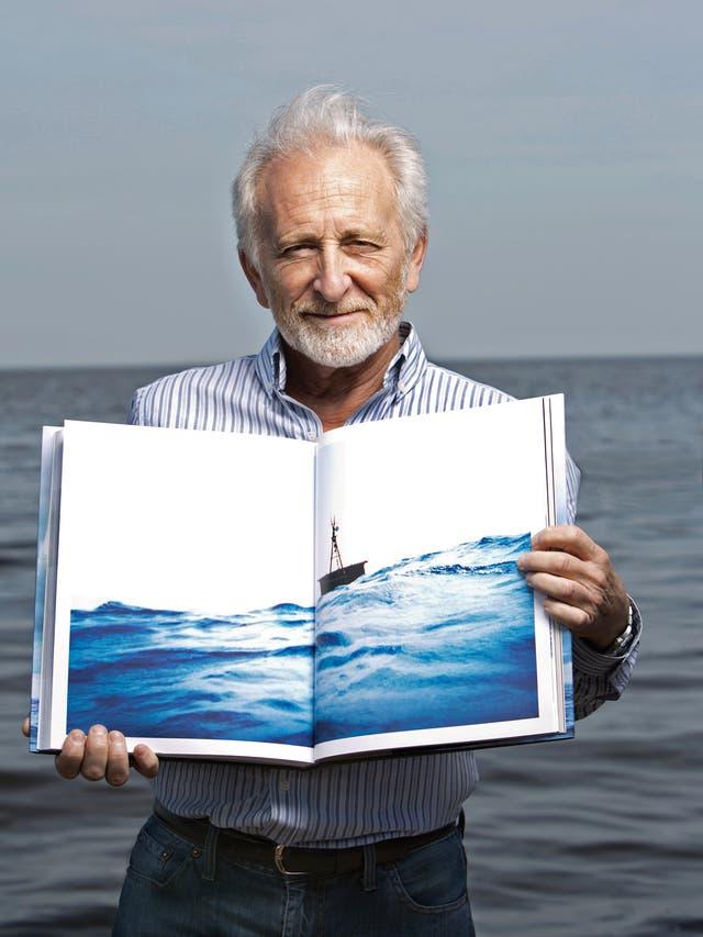Alfredo Barragán, con su gran obra: un monumental libro de 2.5 kilos del cual editó 5000 ejemplares, y cuya tapa teplica la textura de la vela de la balsa