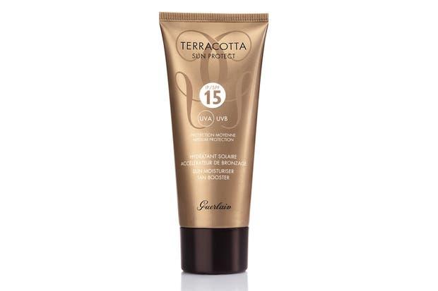 Terracotta. Protector solar hidratante y acelerador del bronceado para rostro y cuerpo. Su asociación de filtros UVA y UVB preserva la piel del fotoenvejecimiento y de las quemaduras solares. Con aroma de flor de Tiaré. $760, Guerlain.