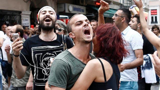 Manifestantes turcos durante la Marcha del Orgullo Gay en Estambul, que fue cancelada por el gobierno tras enfrentamientos con la policía local