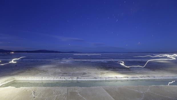 Cae la noche sobre el extenso mar de sal que encierra uno de los mayores yacimientos de litio del planeta
