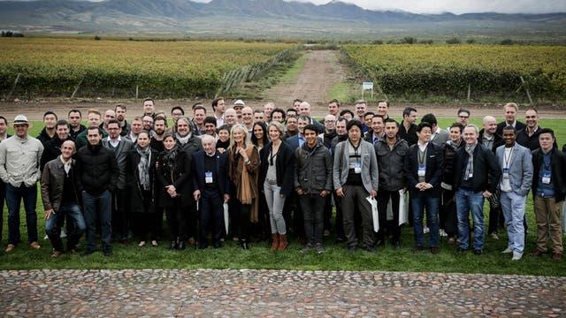 Integrantes de las 58 delegaciones que participaron del Concurso Mejor Sommelier del Mundo posan con los viñedos de la bodega Monteviejo de fondo